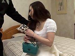 스 터 드 파운드 갈색 머리는 동안 다른 사람을 압박한 그녀의 가슴