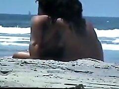 nahý pár na pláži