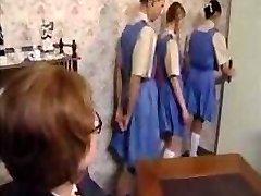 Naughty skolejentene stille opp for deres ass spanking straff