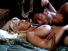 Victoria Parijs, Steve Drake in rondborstige bimbo in zwarte laarzen voert vintage seks