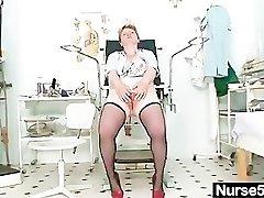 गंदी परिपक्व औरत उसके बालों बिल्ली वीक्षक के साथ