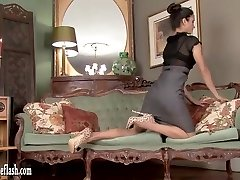Scorching brunette masturbates in leopard heels and vintage nylons