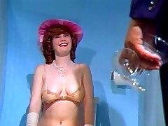 רטרו חיוור שעיר ה-80 סגנון מזדיינת בשירותים