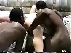 חרמנית האישה מקבלת באורגיה על ידי שחורים חתיכים