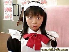 Petite Japonaise de femme de chambre est puni pour être mauvais alors que tous les regarder