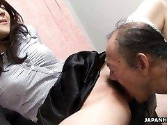 Yaşlı adam ıslak tüylü kedi yiyor