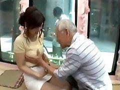 Candid ergen Japon kız yaşlı adam tarafından baştan çıkarılmak