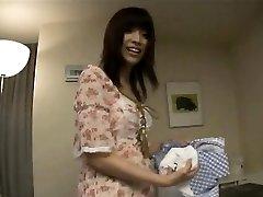 génial enceinte asiatique baisée en levrette