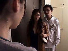 japon karısı kocasının önünde zorla
