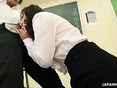 Sıcak Asyalı öğretmen sigara sabit dick emme