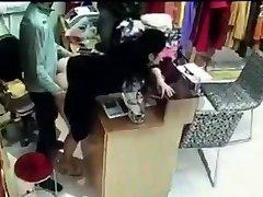 Jefe tiene sexo con el empleado detrás de la caja registradora en China