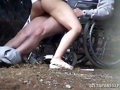 Caliente Japonés enfermera chupa la polla delante de un voyeur