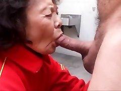 бабуля любит сосать хуй и глотать сперму