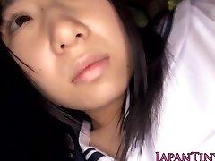 Невинная японская школьница глотает сперму