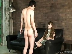 Над ними Японский фемдом Рури нравится смотреть, как молодой голый мужчина мА
