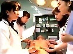 Похотливые японские врачи ставя свои руки, чтобы работать на Т