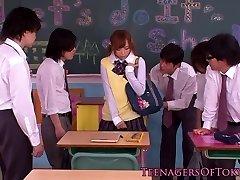 Японский буккаке подросток в классе дрочит хуи