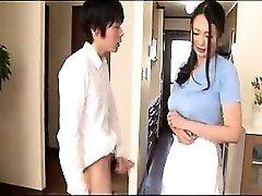 Восхитительная Азиатская домохозяйка, ее руки и губы на