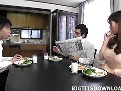 Όμορφο ιαπωνικό με μεγάλα βυζιά παίζει