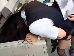 jap fata se fute la birou cu capul în fotocopiator