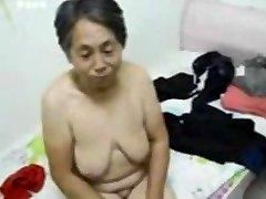 Asiática Avó se vestir depois do sexo