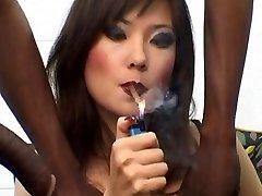Ruska prostitutka Ljuba B pušenje cigara s Bi-bi-si