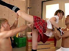 Flexível menina Fode com Dois Caras No Ginásio
