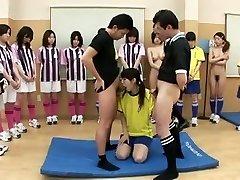 Sexy teen está de joelhos chupando dois paus para a equipe