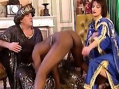 African Mega-slut Blows And Gets Fisted In Three-way