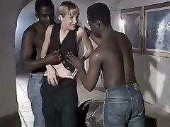 Bílá děvka manželka Rebeca dává dočkat, výstřik na duo velký černý