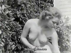 Nudistické Dívka Cítí Dobře Nahý v Zahradě (1950 Vintage)