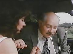 OSITO HERMOSO Y MUJER EN EL COCHE