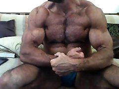 Hot muscle daddy!