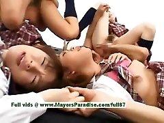 Tiener japanse modellen hebben plezier met een orgie