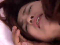 Hij neemt zijn lul tussen haar tieten