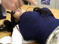 giant rondborstige aziatische meisje speelt met jongens op kantoor