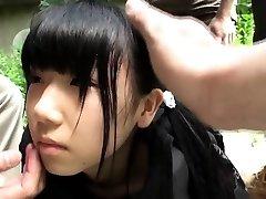 Merkelig japansk gruppe spiller med squirting teen