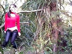 kinesisk kvinne gjør kjærlig utendørs