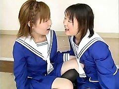 Két Japán iskoláslányok csapás több figurák, valamint swap cum