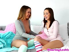 Lesbian babe squirts while pussy fingered