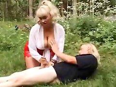 procace bionda dà masturbazione con la mano