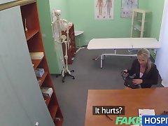 FakeHospital Deslumbrante madura loira doente recebe os bons médicos pau