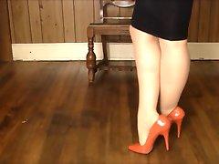 Blask spódnica, szpilki i pończochy grać w nogę!