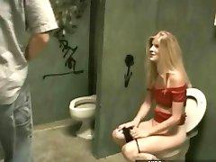 Erkölcstelen lány keményen basztam a wc-ben