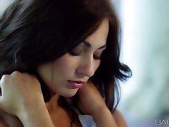 Babes - Michaela Isizzu - La Morena Hermosa