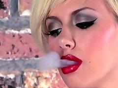Tatovert Teen Røyking Onanerer