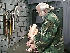 Jolie adolescent brune avec un tatouage est retenu par le Maître Len dans dungeon