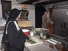 Vācu mūķene assfucked virtuves