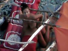 Podglądaczem na publicznej plaży.Żonę qrwa mąż z Strapon