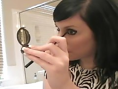 Andi putting on make-up - Sologirlcontent